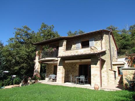 San feliciano lago trasimeno vendesi villetta unifamiliare for Case di ranch su due livelli